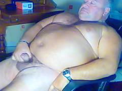 Big bear masturbates on webcam...