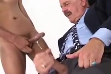SEXO ORAL A MADURO DE BIGOTES Femdom Playing With Big Balls