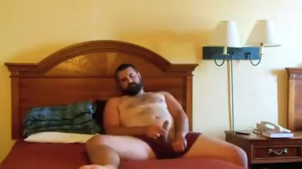 Paja de oso barbudo - Bearded bear jerks in bed Bbw interracial ball licking