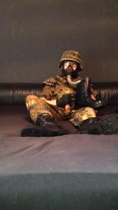 Flecktarn Soldat beim Sniffen und wichsen in die Stiefel Bukkake clean up
