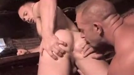 Luchador Grande Humillado Por El Mediano Small tits slut handjob dick and pissing