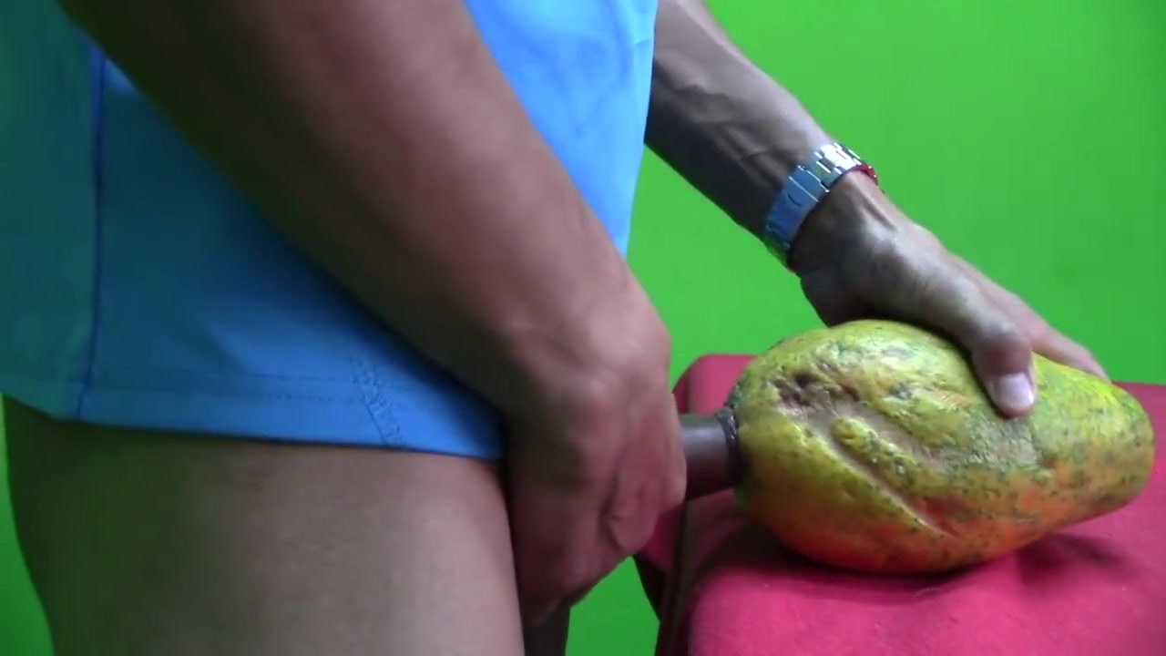 ??Se FOLLA una Papaya hasta CORRERSE DENTRO DE ELLA!!! Free twink jerk off