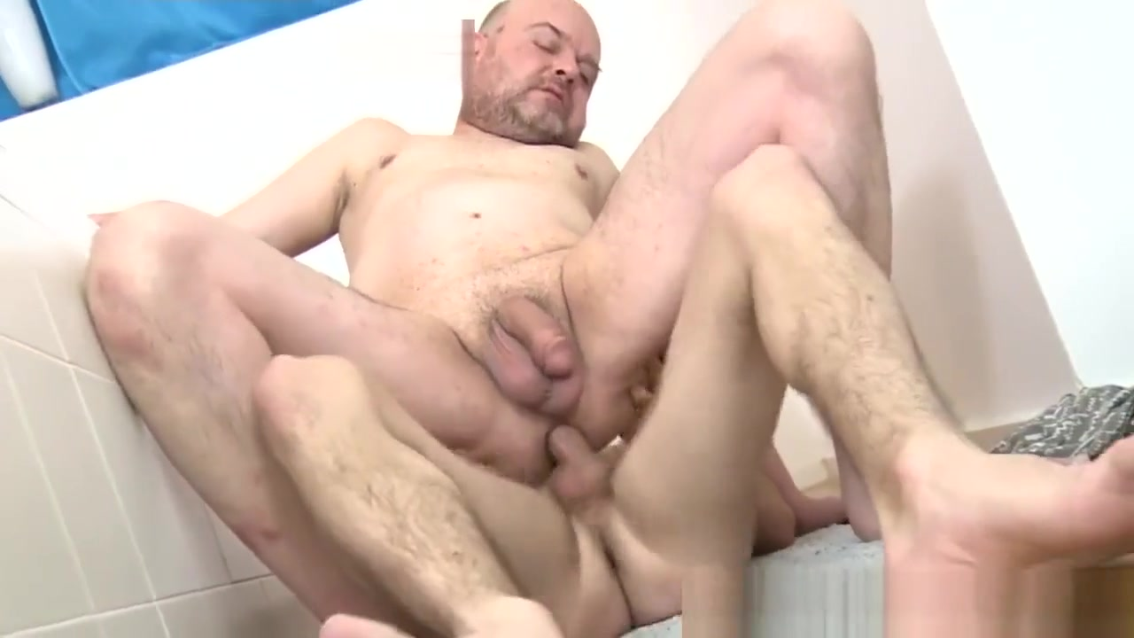 RIMMED TWINKS FUCKS MATURE ASS RAW IN BATHROOM Friendly fire facial