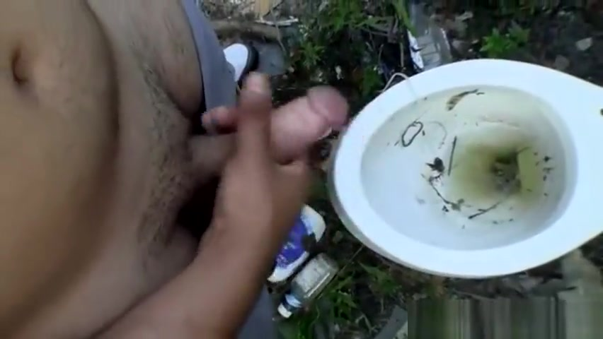 Naughty guy pissing outdoor Netdating sider