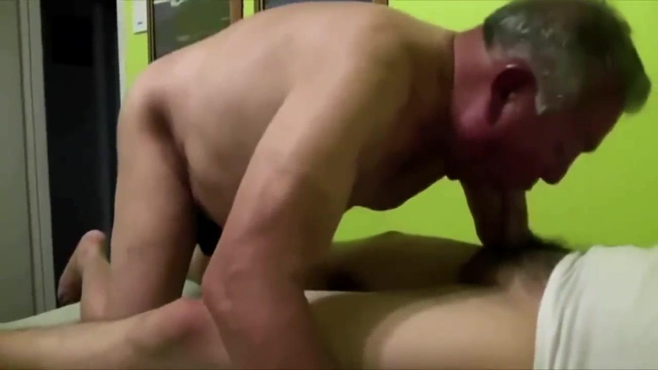 Maduro guapo hetero cojiendo a abuelo pasivo Massage For The Indian Ass