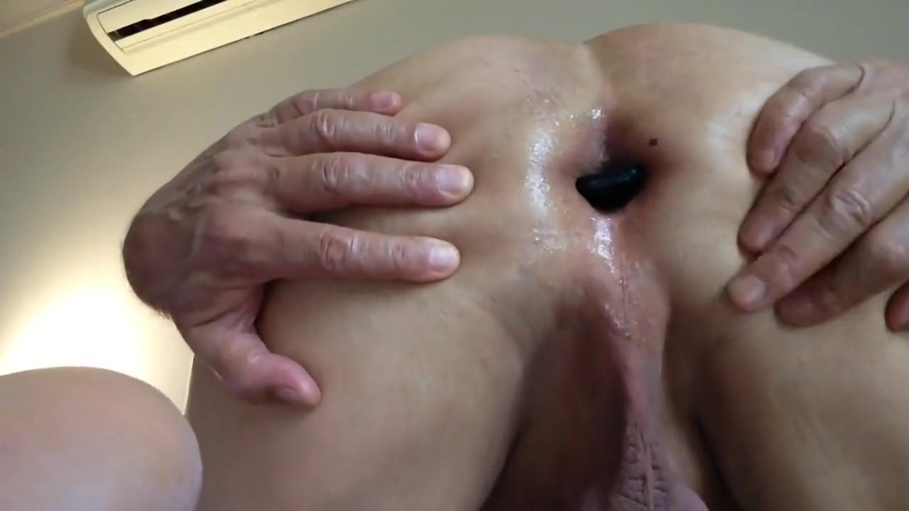 Enjoyi My Buttplug Milf pale nipples