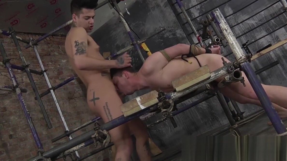 Submissive twink slave gives head and takes it up the ass aux amateurs de livres