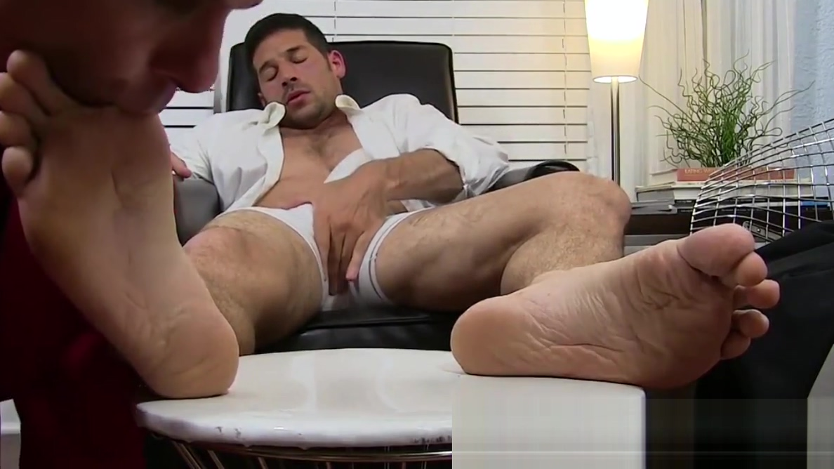 Beefy gentleman Leo Giamani masturbates during toe licking Skype sex show free