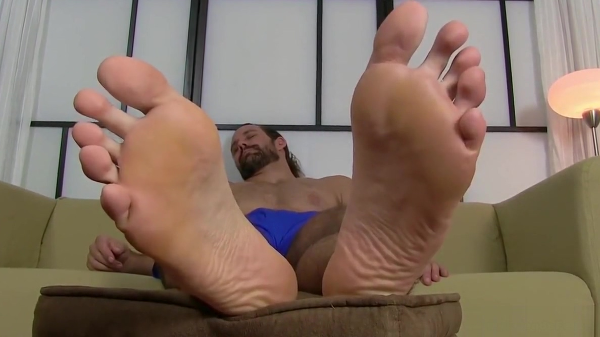 Bearded hunk cock teases with his amazing feet and toes foto sexy attrice italiana