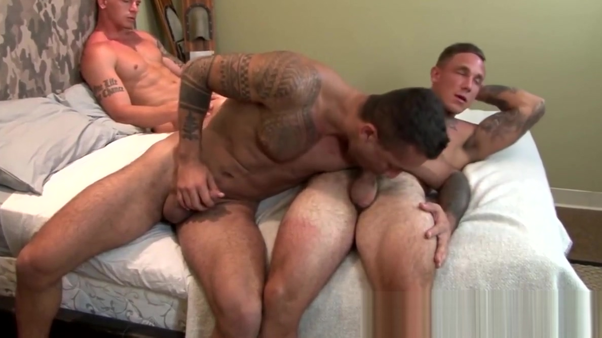 Homo soldier Cole Weston sucked off during bareback threeway I got my ass in the sand