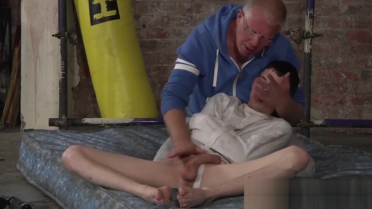 Master Sebastian gave his young twink Aaron a good stroke video sexy ihr optiker