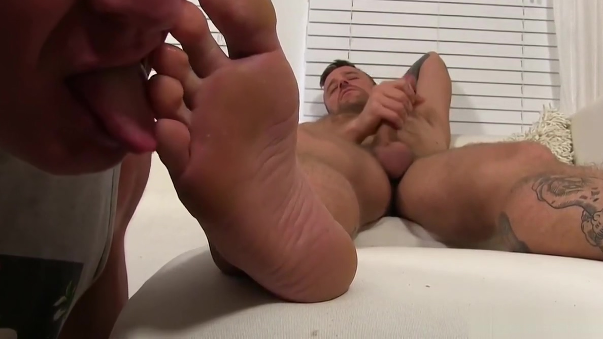 Hoytt Walker jerks while having his feet licked and sniffed Bajar de juegos gratis hentai