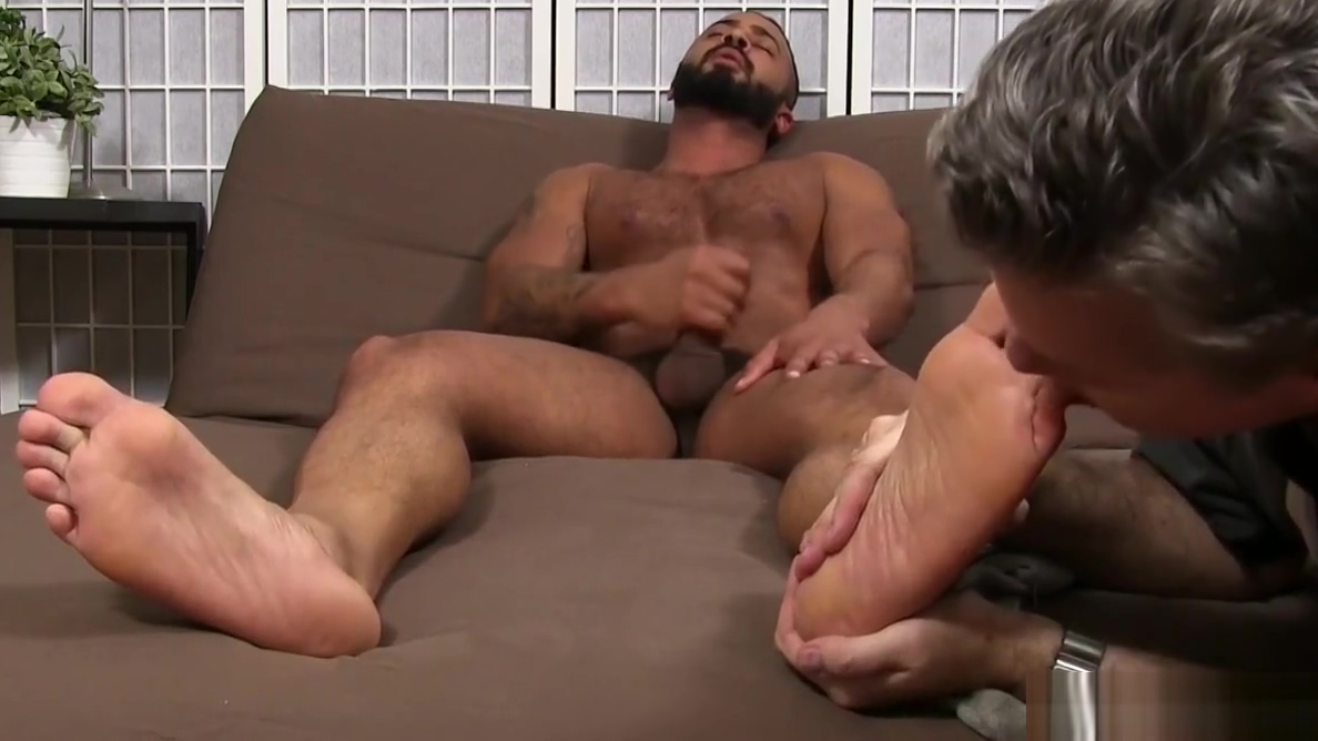 Arab hunk Damian Taylor enjoys a feet worshipping session amateur anal attempts 1