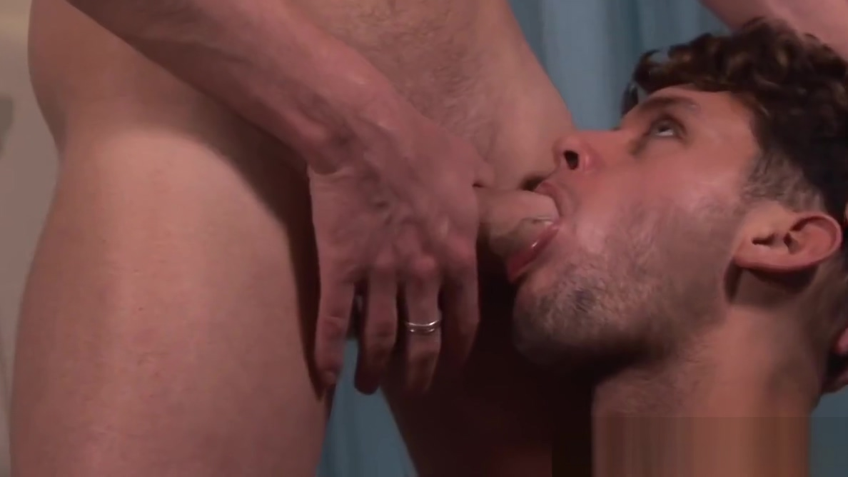 Throating hunk analfucked while jerking off feet by the beach