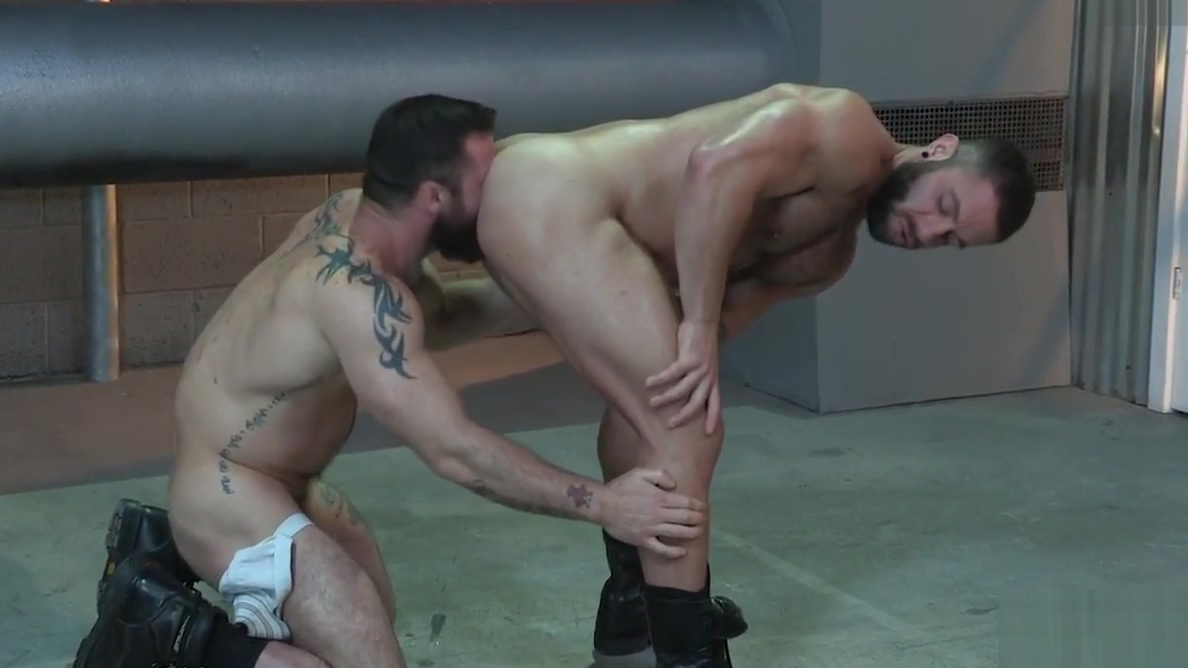 Bearded muscle guys love anal fucking Lesbienne Big Ass