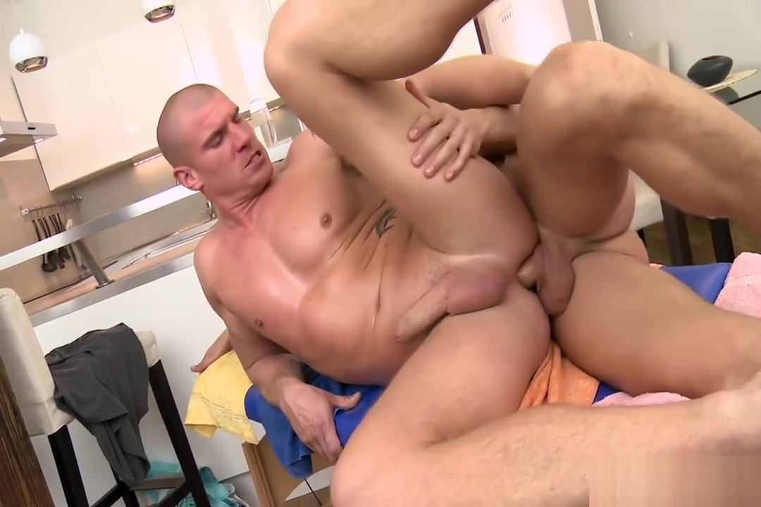 Max Born Gets Rubbed, Tugged, and Barebacked by Dickie Kleine titten brunette mature gefickt