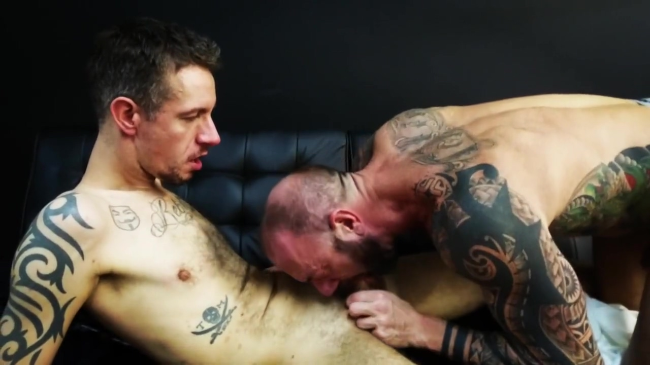 Muscle daddy Vic Rocco fucks Robert Rexton free men jerking off porn