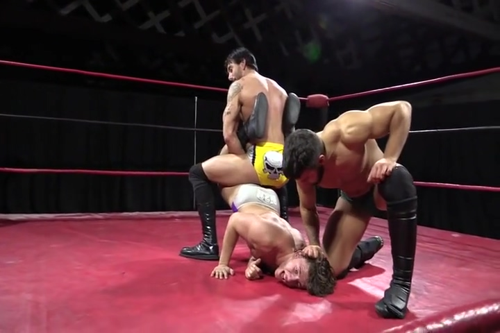Two on one wrestling Sexis En Bikini