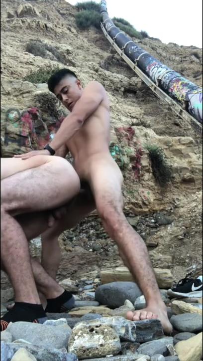 LATIO AND WHITE BAREBACK BEACH SEX Look attractive men