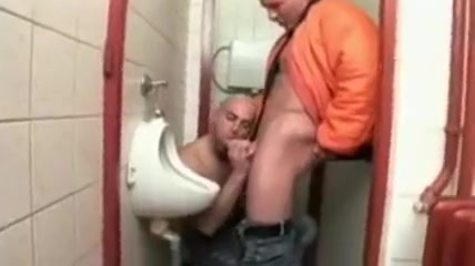 Bareback dans les toilettes d`un bar Girl with nice tits has an orgasm