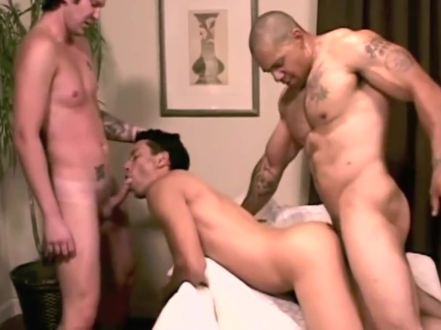 Hung bodybuilder plays with smaller guys (bareback) Some apps like skout