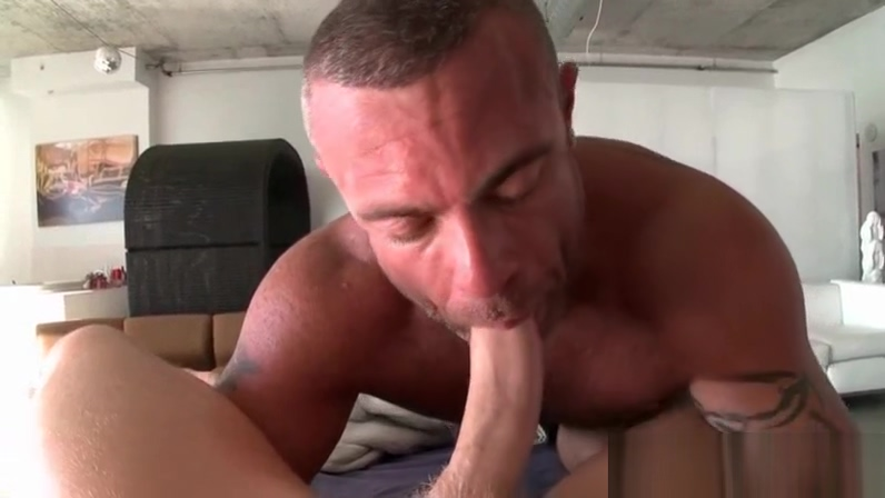 Close-up of gay masseur swallowing hard cock vid o beurs gays