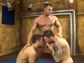 Trio de musculosos Club strip wife wild