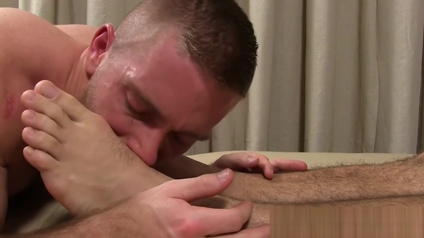 Hunk enjoys jacking off while his toes are sucked and licked How long after dating to get married