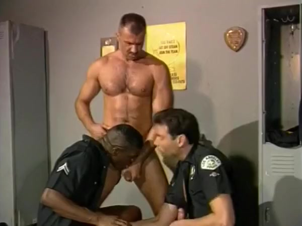 Trio de policias en el vestuario de la comisaria Close up squirting pussy pics