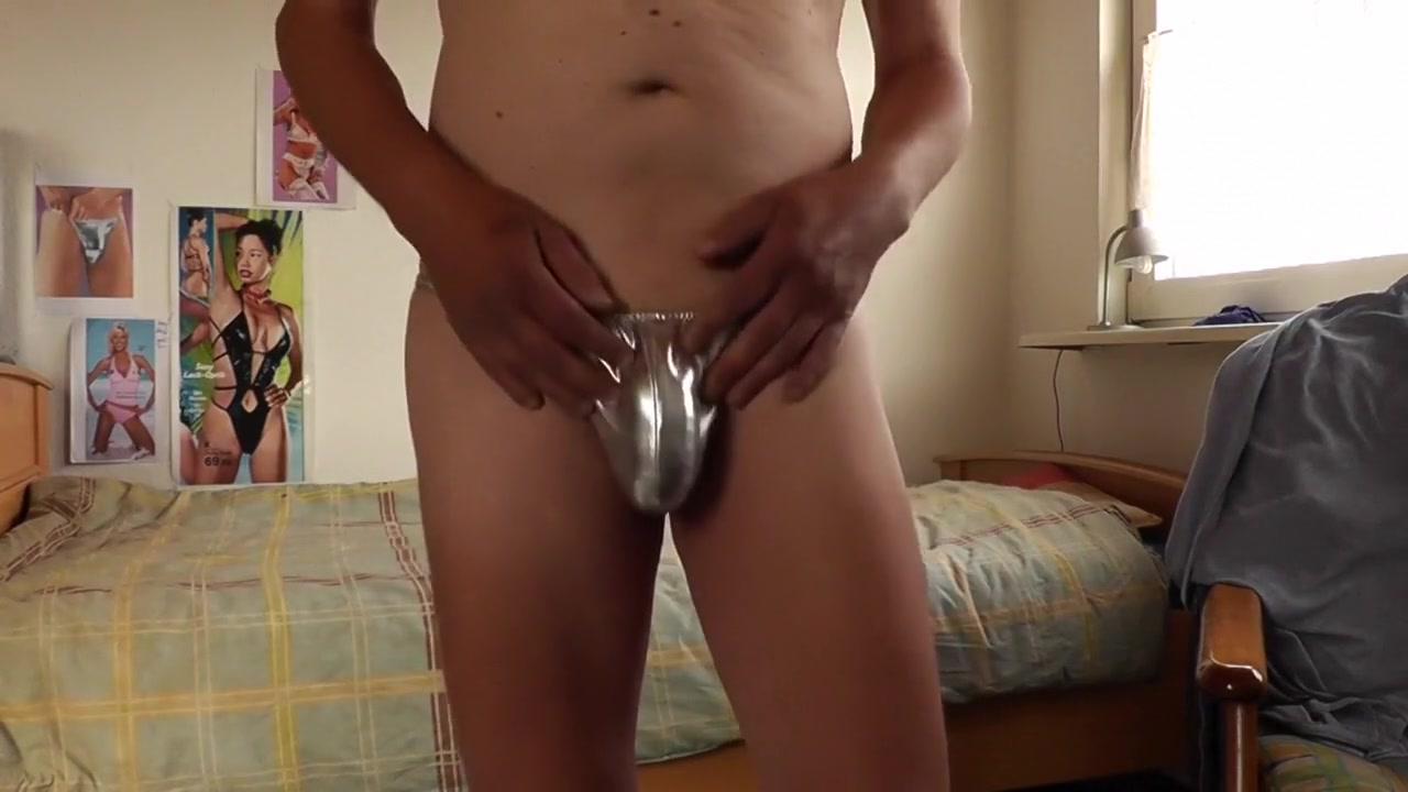 sprinter shorts und silberstring Wife masturbates husband