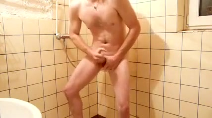 Beim Duschen abgesamt Big boobs shaved blowjob penis and pissing